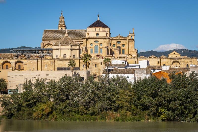 在河岸的老巨大的大厦在科多巴,西班牙 库存图片