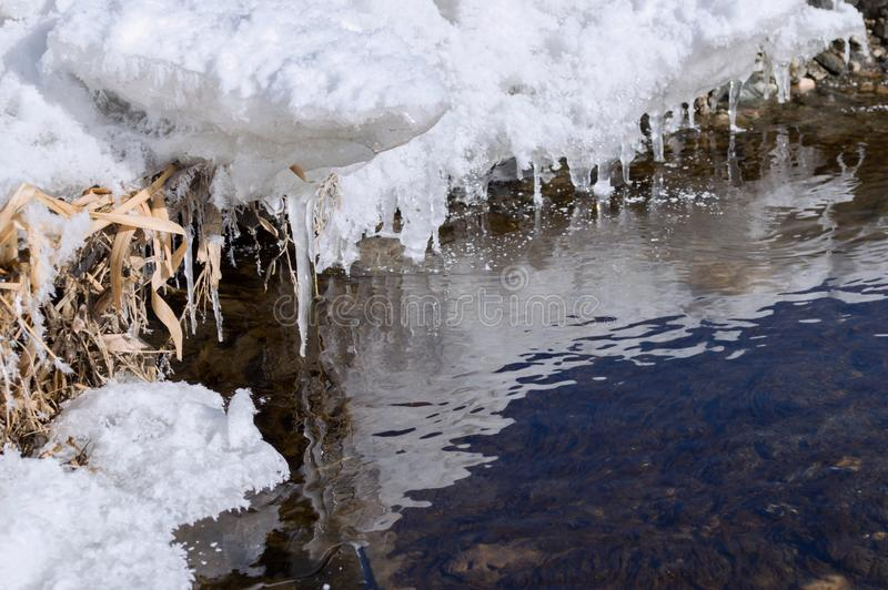 在河岸的雪,冬天 免版税库存照片