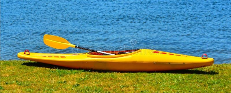 在河岸的黄色皮船 库存照片