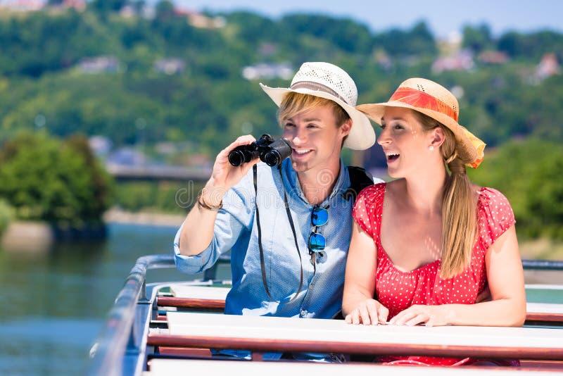 在河巡航佩带的太阳帽子的夫妇在夏天 免版税图库摄影
