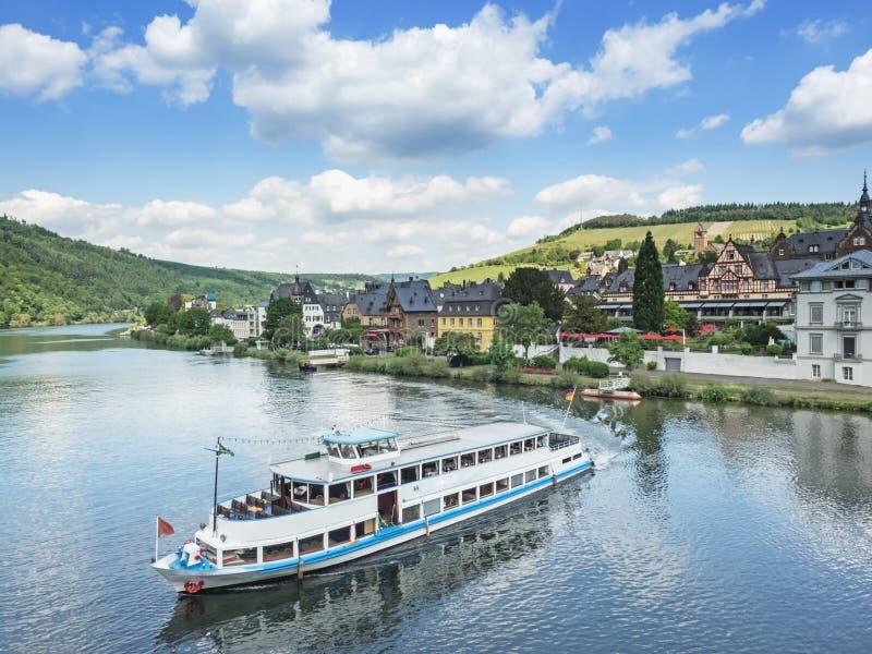 在河摩泽尔的游轮在城市Traben-Trarbach附近 库存照片
