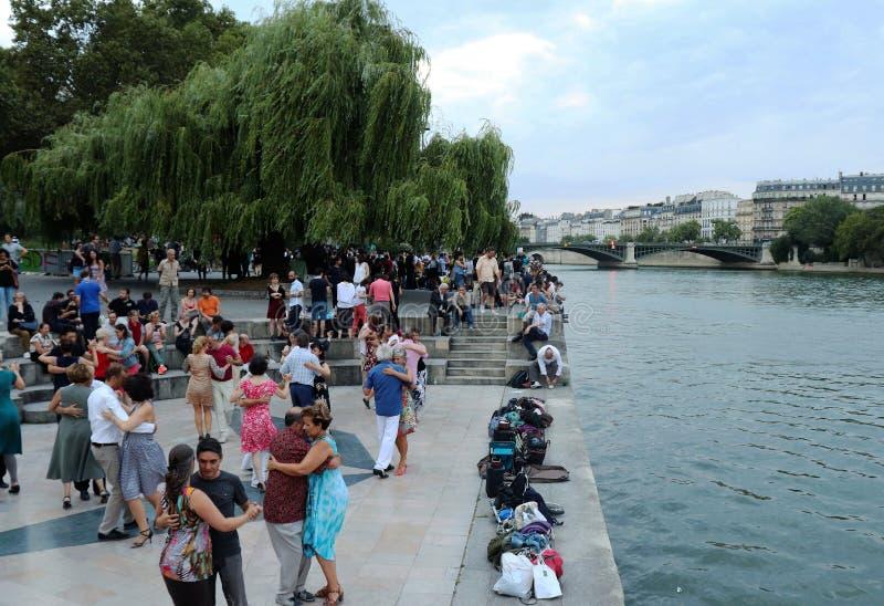 在河旁边的人跳舞 免版税库存图片
