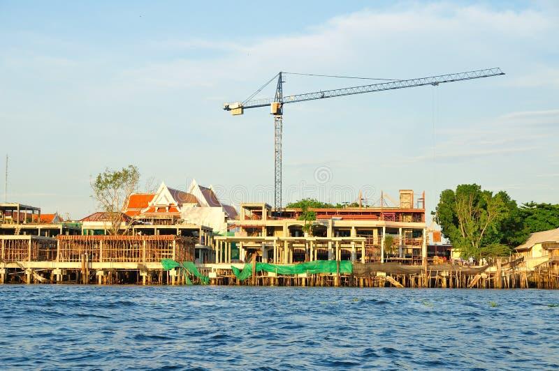 在河旁边的建造场所 免版税库存照片