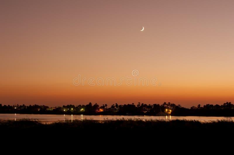 在河日落的月亮 图库摄影