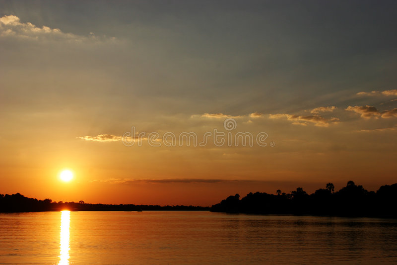 在河日落赞比西河津巴布韦 免版税图库摄影