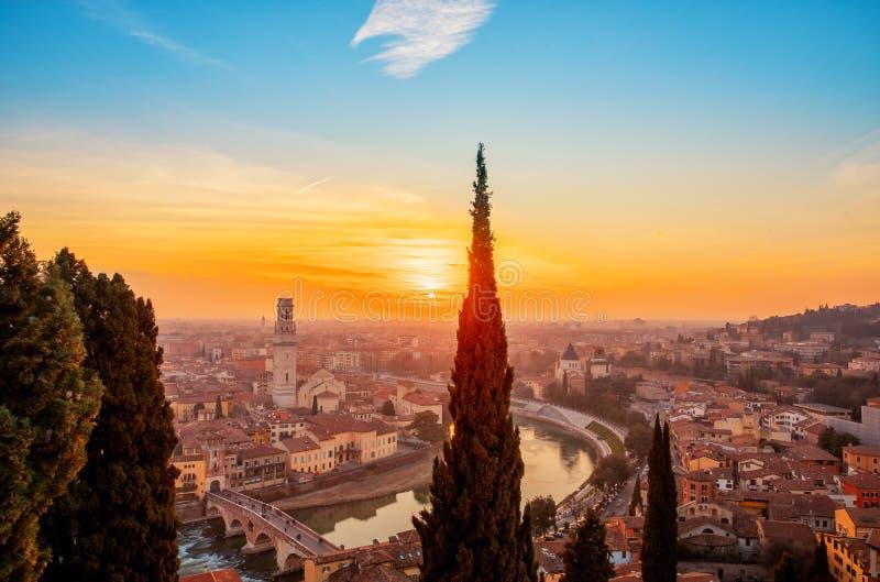 在河日落,威尼托地区,意大利的美丽的鸟瞰图全景维罗纳桥梁 库存照片