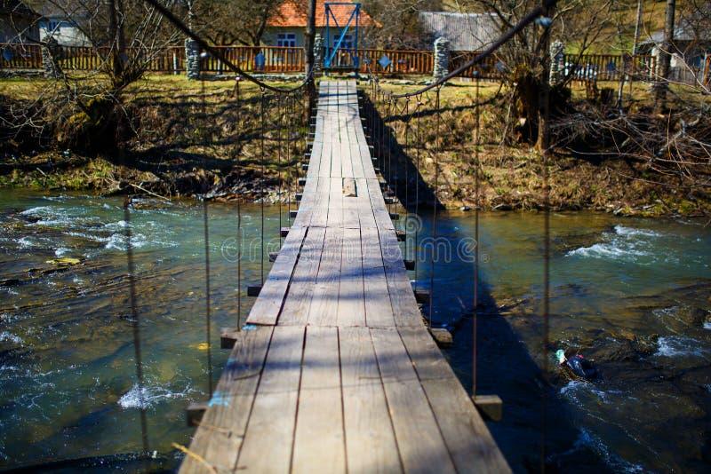 在河暂挂的桥梁 长的索桥十字架小河 免版税库存图片
