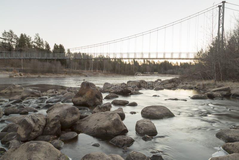 在河暂挂的桥梁 库存图片