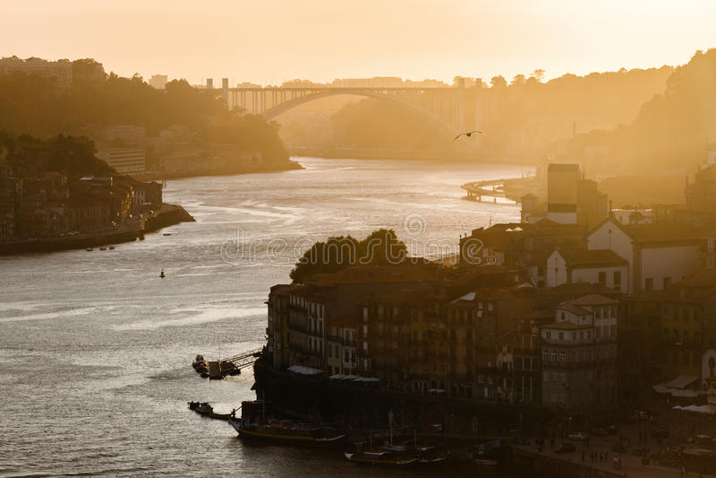 在河杜罗河的日落在波尔图 免版税库存图片