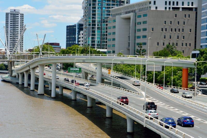 在河江边的和平的机动车路在布里斯班,澳大利亚 库存图片