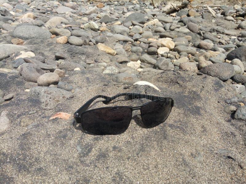在河沙子的镜片透镜 免版税库存图片