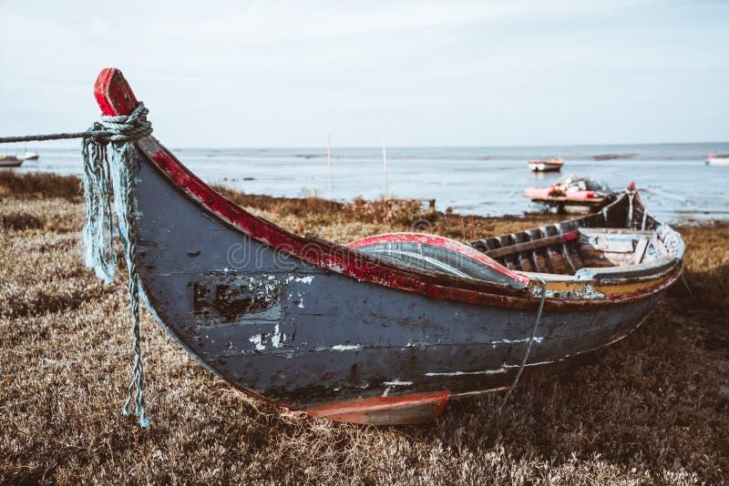 在河沿的一条木小船 免版税图库摄影