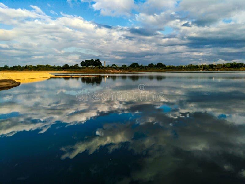 在河沿的秋天季节下午 免版税库存图片