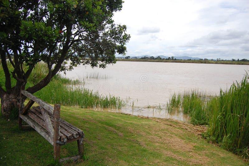 在河沿的老葡萄酒长凳 免版税库存图片