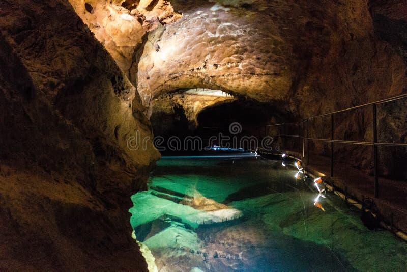 在河洞在Jenolan洞,澳大利亚的一个水池 库存图片