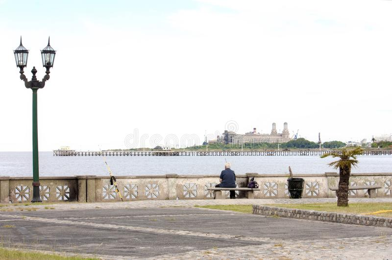 在河海岸的人钓鱼在BS E 城市 免版税库存照片