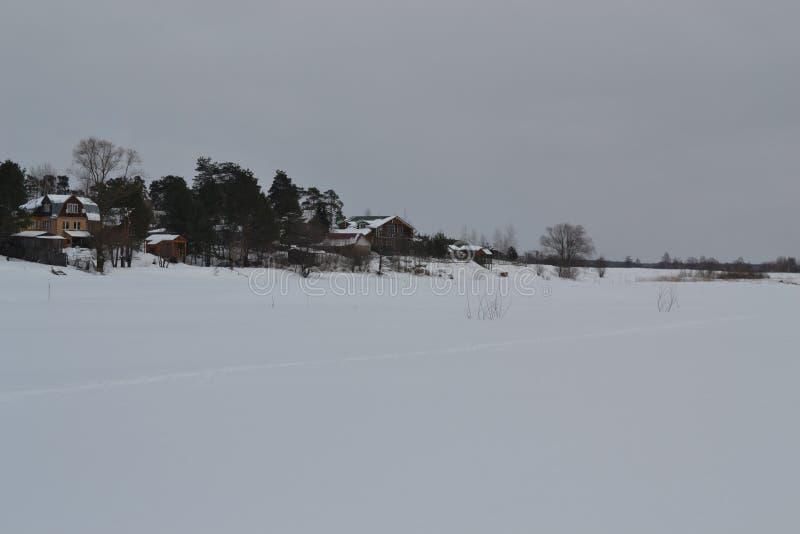 在河海岸附近的村庄 免版税图库摄影