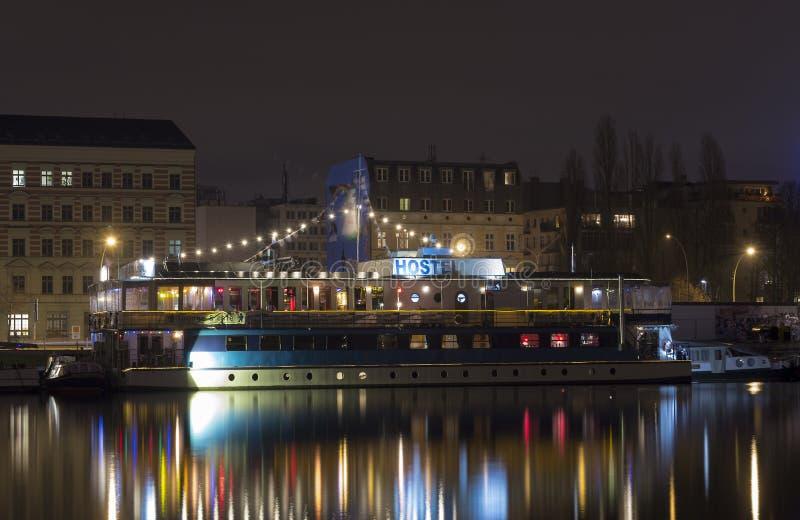 在河狂欢柏林的旅舍船在夜之前 免版税库存照片