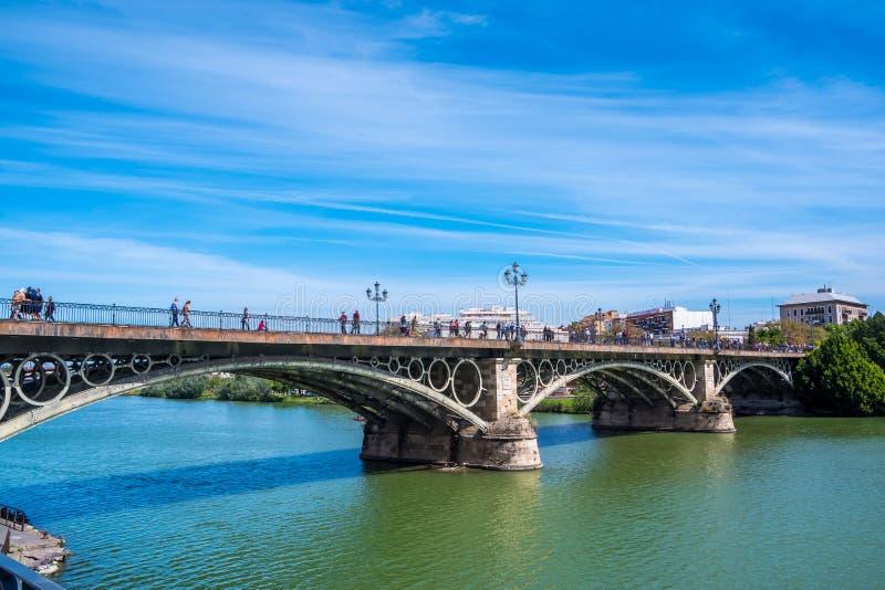 在河瓜达尔基维尔河塞维利亚,安达卢西亚,西班牙的5月2019桥梁 免版税库存照片