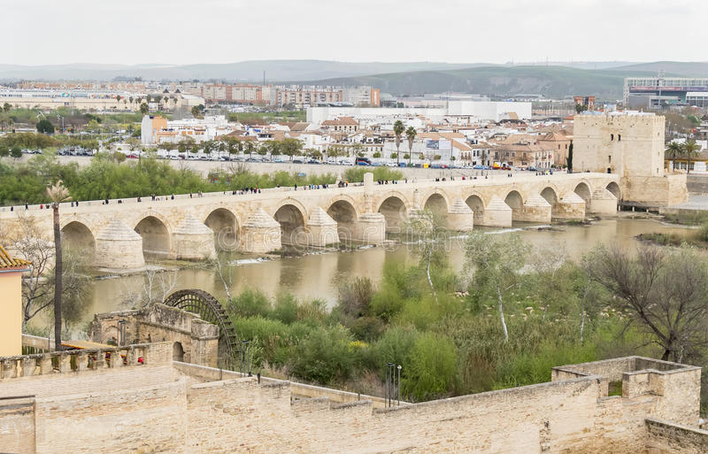 在河瓜达尔基维尔河,西班牙的科多巴罗马桥梁 库存图片