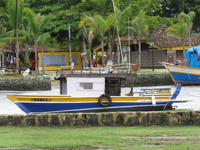 在河的一艘船 库存图片