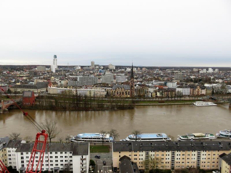 在河的两边看法在法兰克福在德国 库存照片