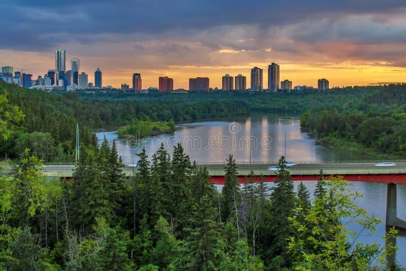 在河的五颜六色的日落云彩 免版税图库摄影