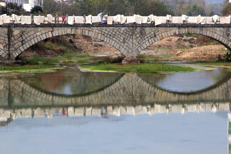 在河的古老桥梁在村庄宏村(联合国科教文组织),中国 库存照片