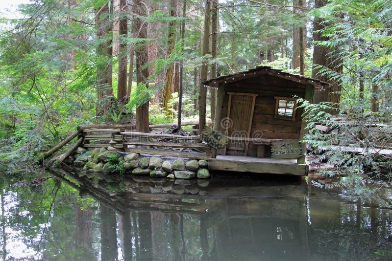 在河的古雅渔棚子 库存图片
