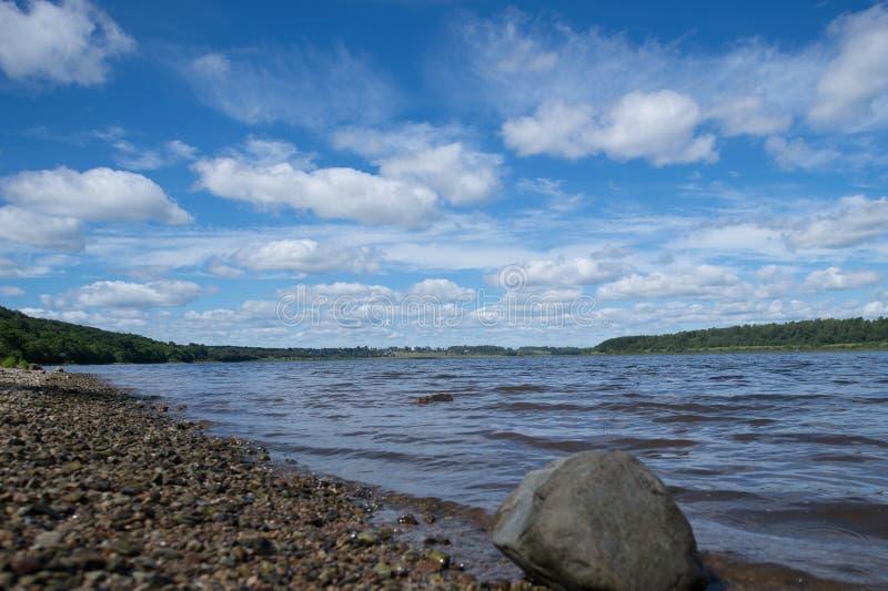 在河的多云天空 免版税库存照片