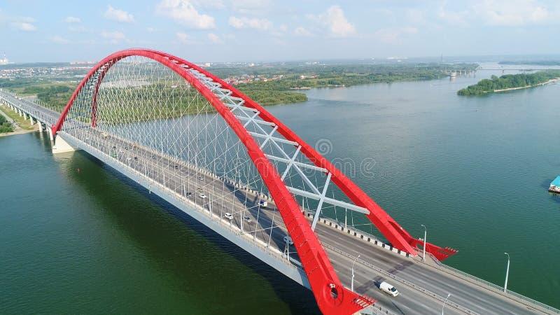 在河的寄生虫飞行 电缆坚持的桥梁 美好的横向 图库摄影