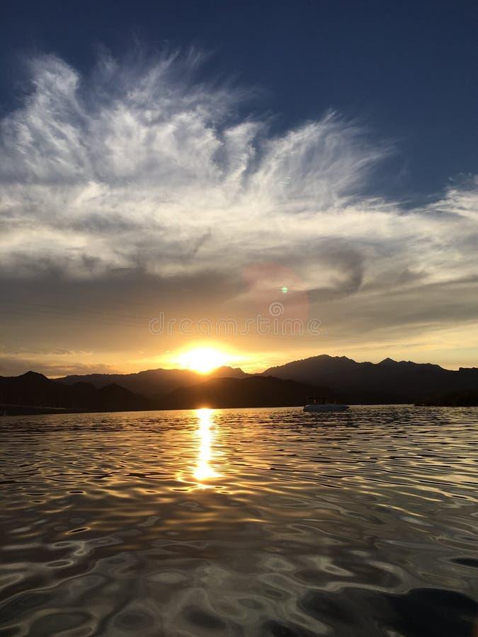 在河的小束的云彩日出 免版税库存图片