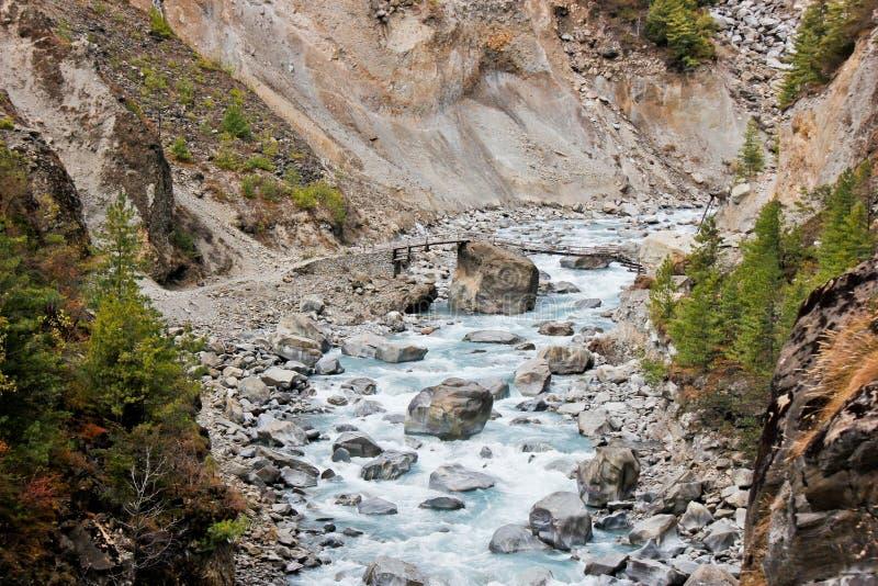在河的小桥梁在喜马拉雅山 免版税库存照片