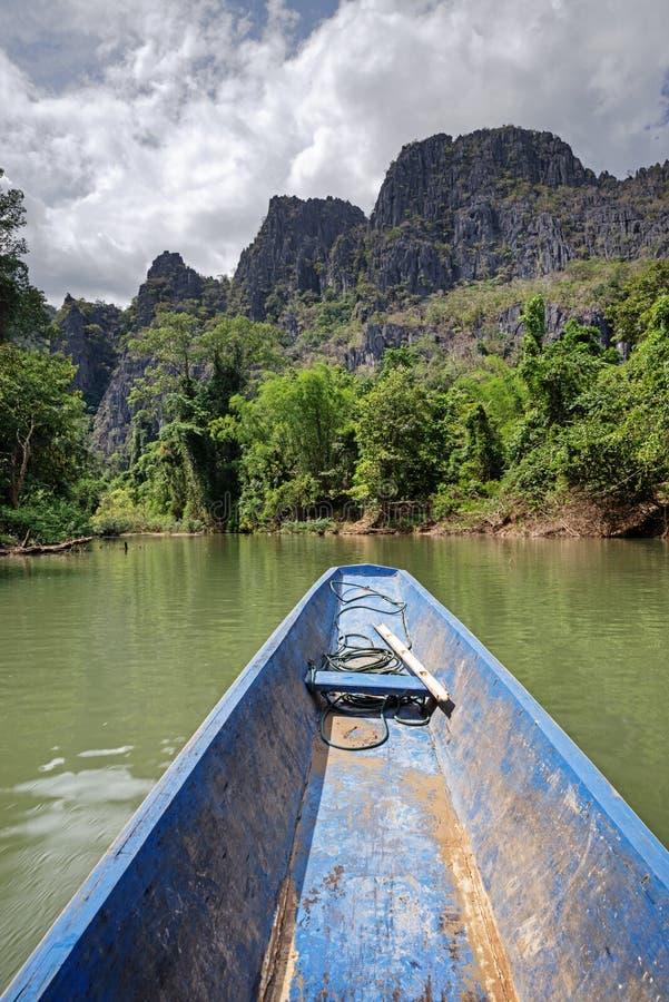 在河的小船在老挝 免版税库存图片