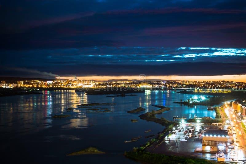 在河的惊人的夜城市光 免版税图库摄影