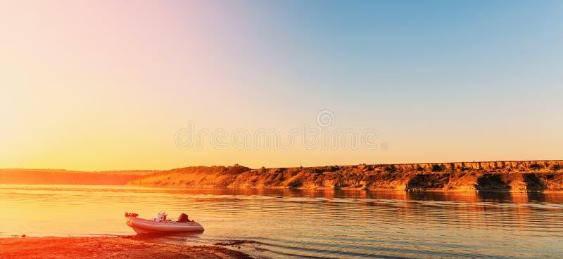 在河的意想不到的日出 美妙的早晨场面 免版税库存图片