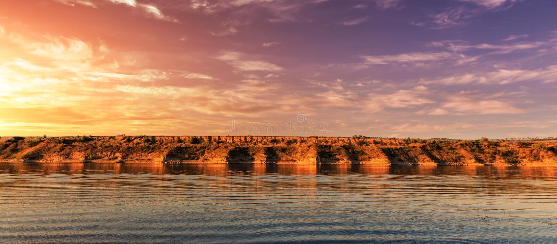 在河的意想不到的日出 美妙的早晨场面 图库摄影