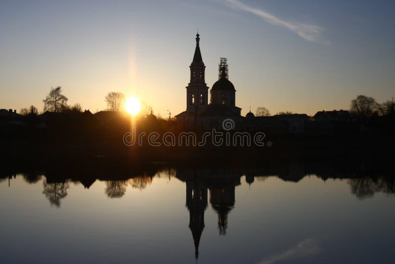 在河的日出在教会旁边 库存照片