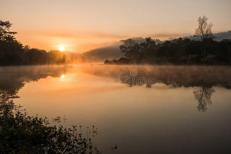在河的日出有有薄雾的 库存图片