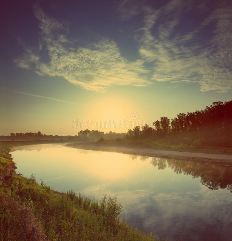 在河的日出-葡萄酒减速火箭的样式 免版税图库摄影