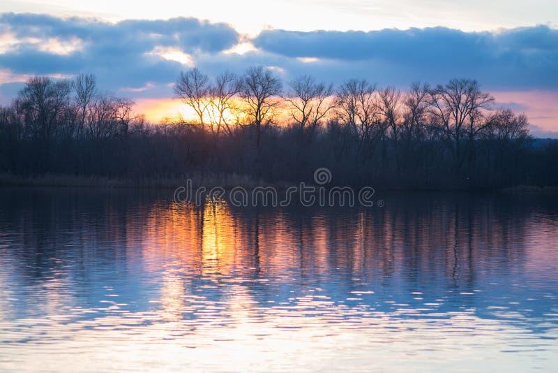 在河的日落在一个冬天晚上 免版税图库摄影