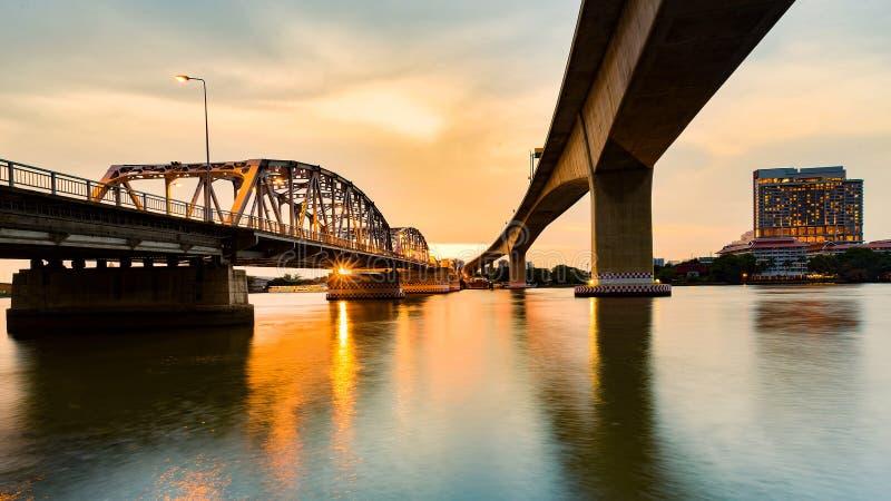 在河的日落在桥梁下 免版税库存图片