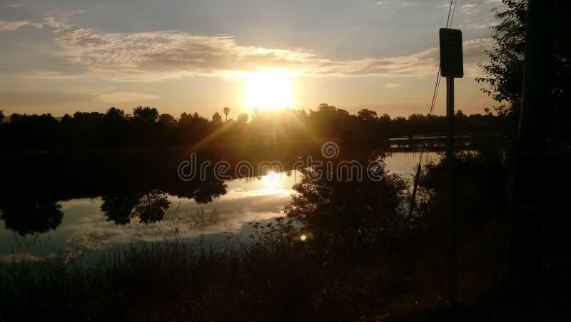 在河的日落天空 库存图片