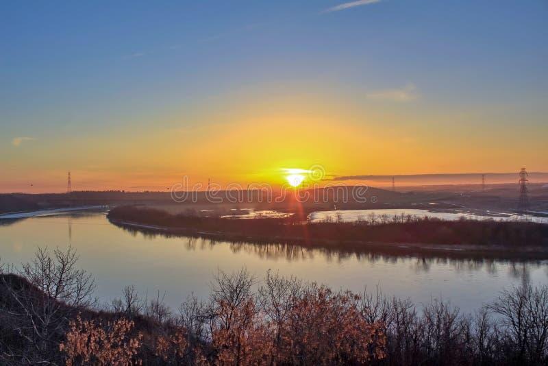 在河的明亮的早晨太阳 库存图片