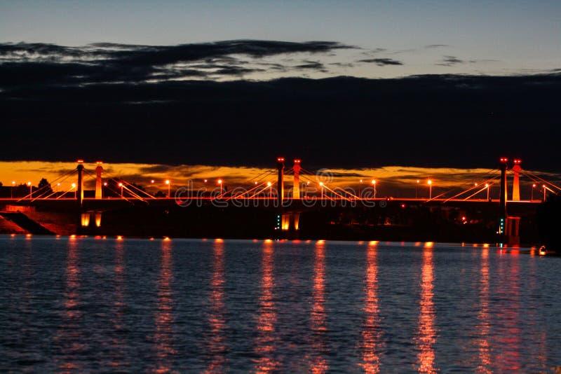 在河的桥梁在晚上 免版税库存图片