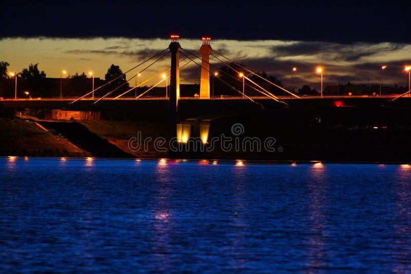 在河的桥梁在晚上 库存图片