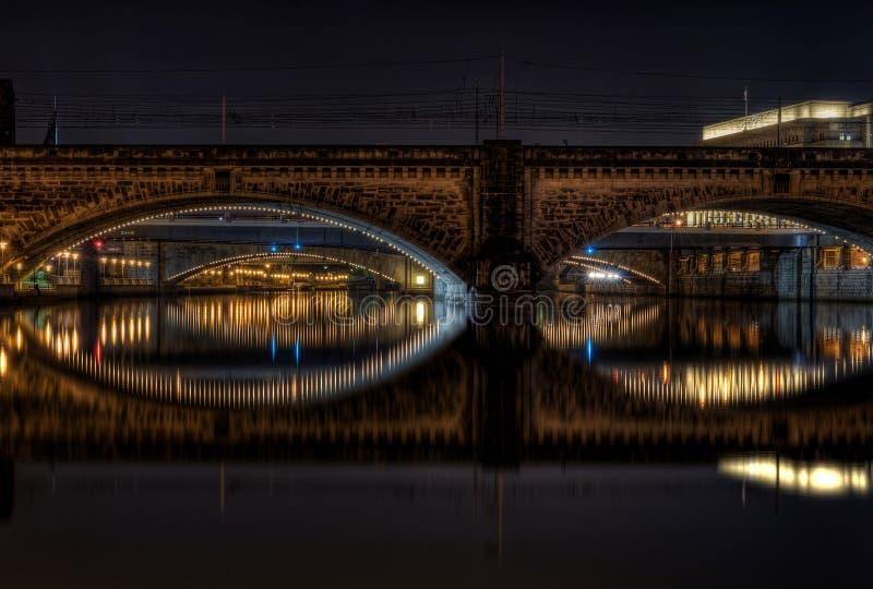 在河的桥梁在晚上 图库摄影