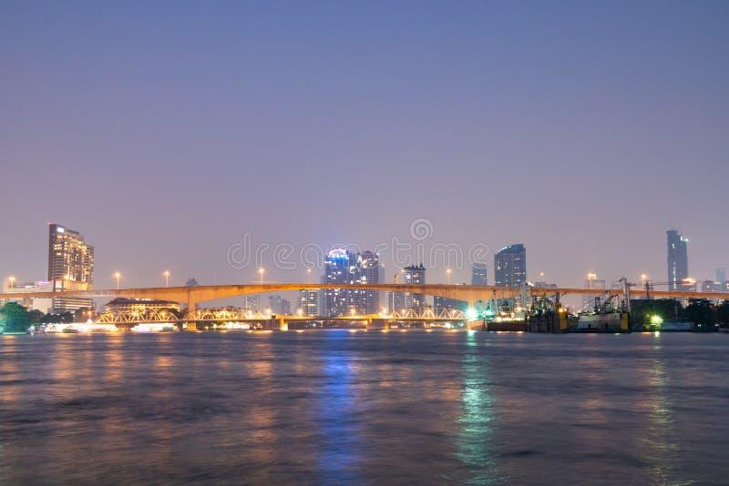 在河的桥梁在曼谷市 免版税库存照片