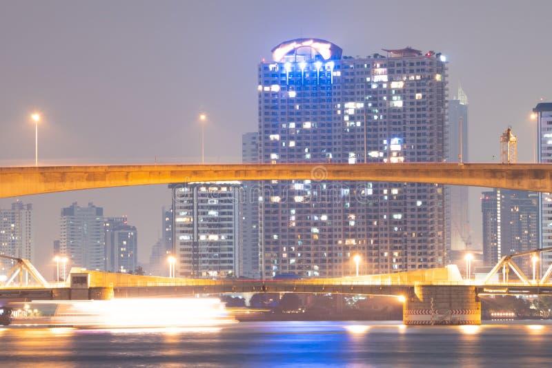 在河的桥梁在曼谷市 免版税图库摄影