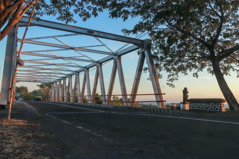 在河的桥梁有铁结构的 在巴厘岛的钢桥梁 路和多数横跨河床 日出或日落在tr 库存图片